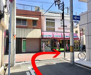 京街道商店街にでます。そこを右に曲がってください