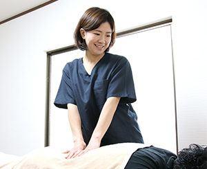 産後骨盤矯正も、女性の施術者の対応可能